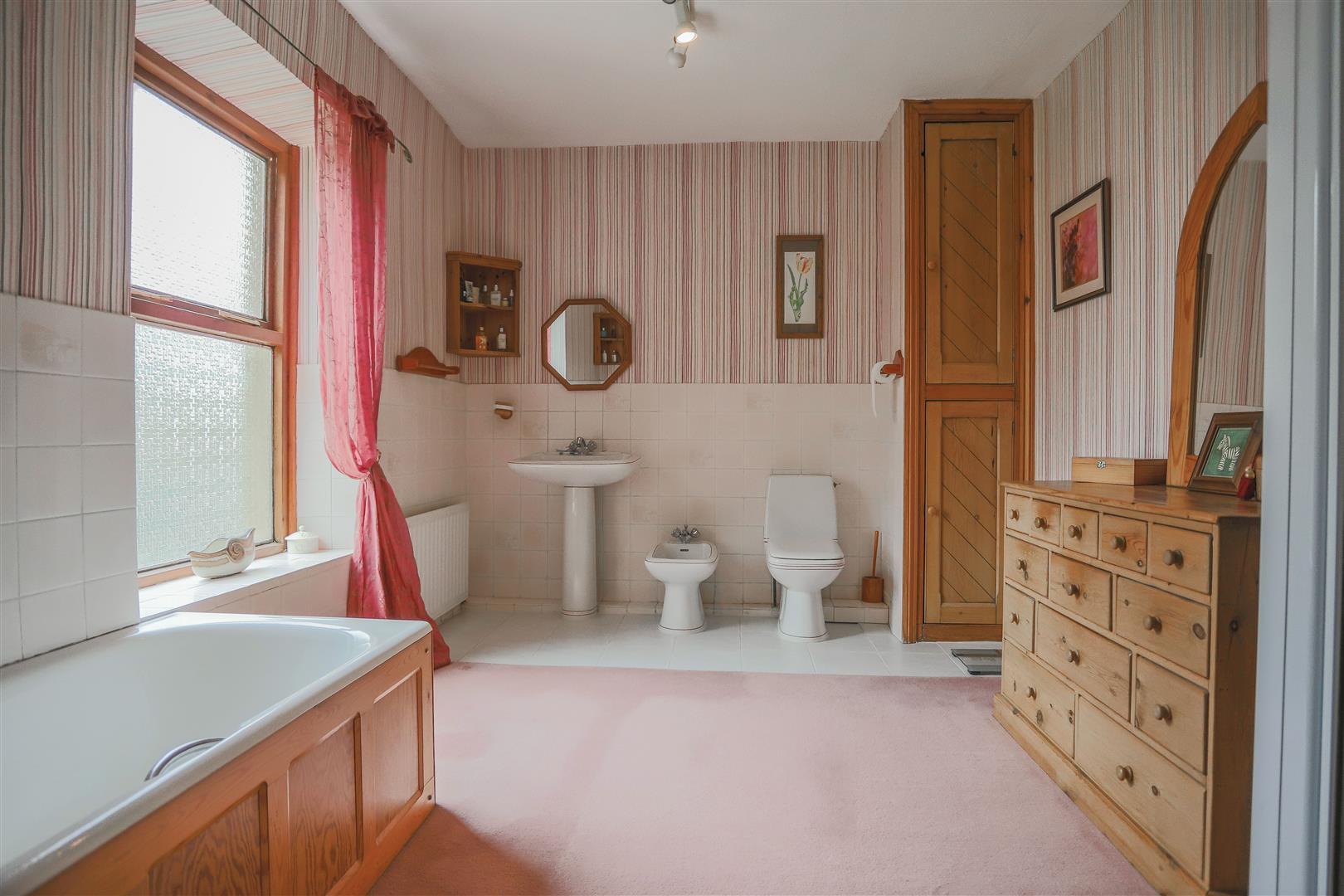 6 Bedroom Detached House For Sale - 15.JPG